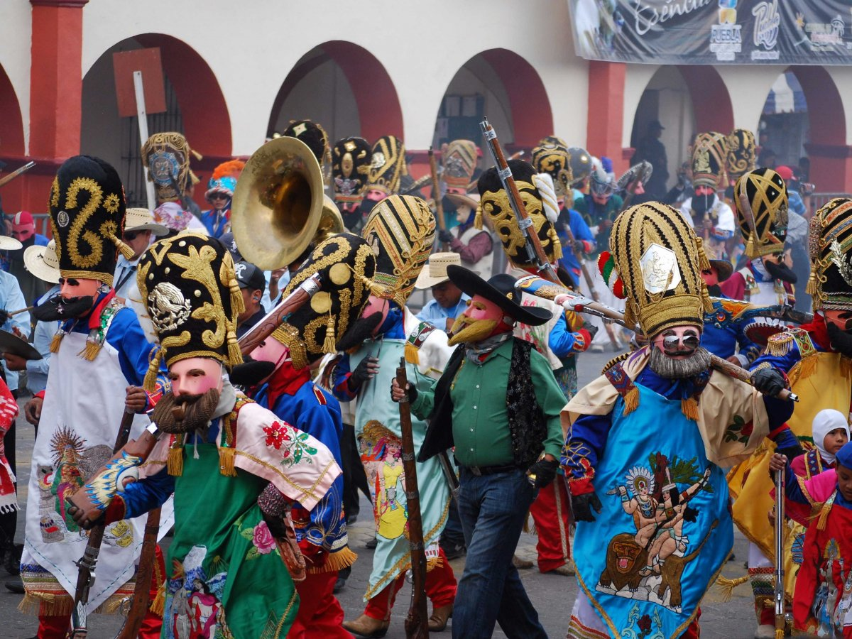 theres-a-massive-parade-in-puebla-where-thousands-of-locals-gather-and-dress-as-french-and-mexican-soldiers-to-reenact-the-war-after-the-mexican-troops-win-celebrations-begin-with-music-